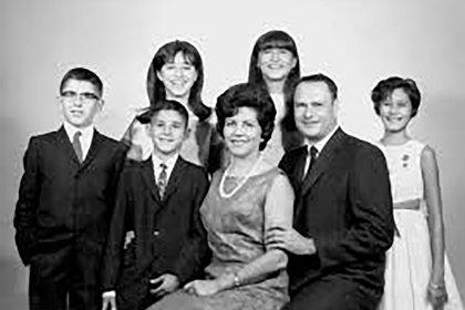 Eduardo y Chela Mignone junto a su familia. Su hija Mónica fue secuestrada en mayo de 1976, a partir de allí comenzaron a trabajar, junto a padres de otros jóvenes desaparecidos, para dejar escrito y documentado el plan sistemático criminal de la dictadura (álbum familiar)
