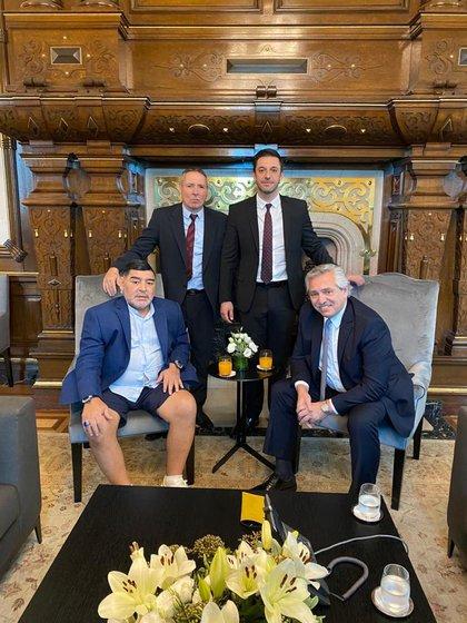 Fernández y Maradona, sentados, Stinfale y Morla, de pie. Una postal del encuentro