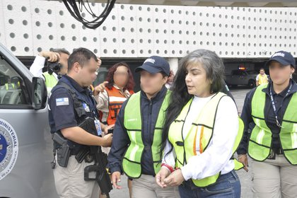 """Sandra Ávila Beltrán, conocida como """"La Reina del Pacífico"""" fue extraditada a Estados Unidos en agosto de 2012 y después de cumplir una condena de 70 meses de cárcel, llego hoy al rededor de las 11:00 A.M. junto con otro repatriados de forma voluntaria , a la Terminal 2 del Aeropuerto Internacional de la Ciudad de México, en un vuelo comercial. Posteriormente fue trasladada al hangar de la Procuraduría General de la República, para ser llevada al Penal, de El Rincón, en Tepic, Nayarit. FOTO: PGR /CUARTOSCURO"""
