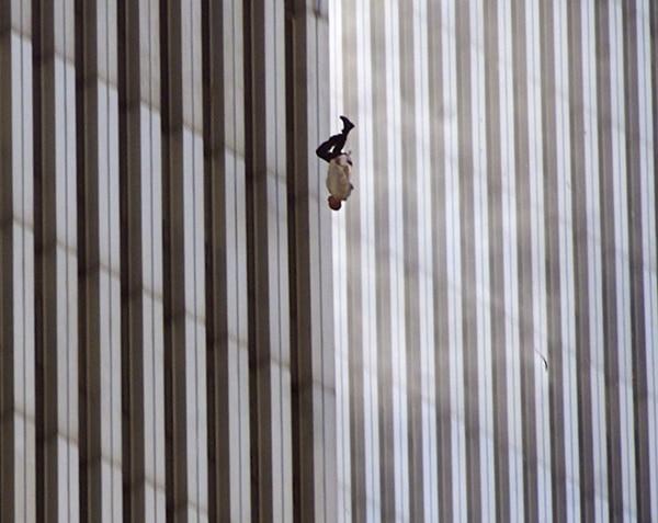 """Un hombre se lanza al vacío tras no soportar las llamas en la torre norte del World Trade Center. """"The falling man"""" (Richard Drew/AP)"""