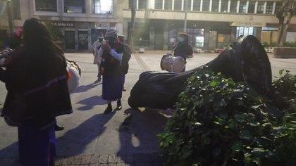 Indígenas Misak tumbaron la estatua de Gonzalo Jiménez de Quesada en Bogotá