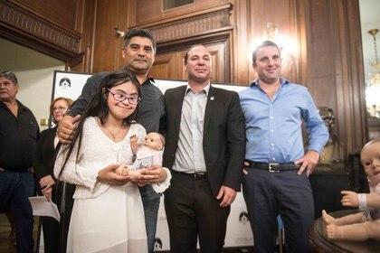 Sofía junto a su papá Alcides Ortiz, Matías Furió y Federico Galanterni al momento de recibir la muñeca