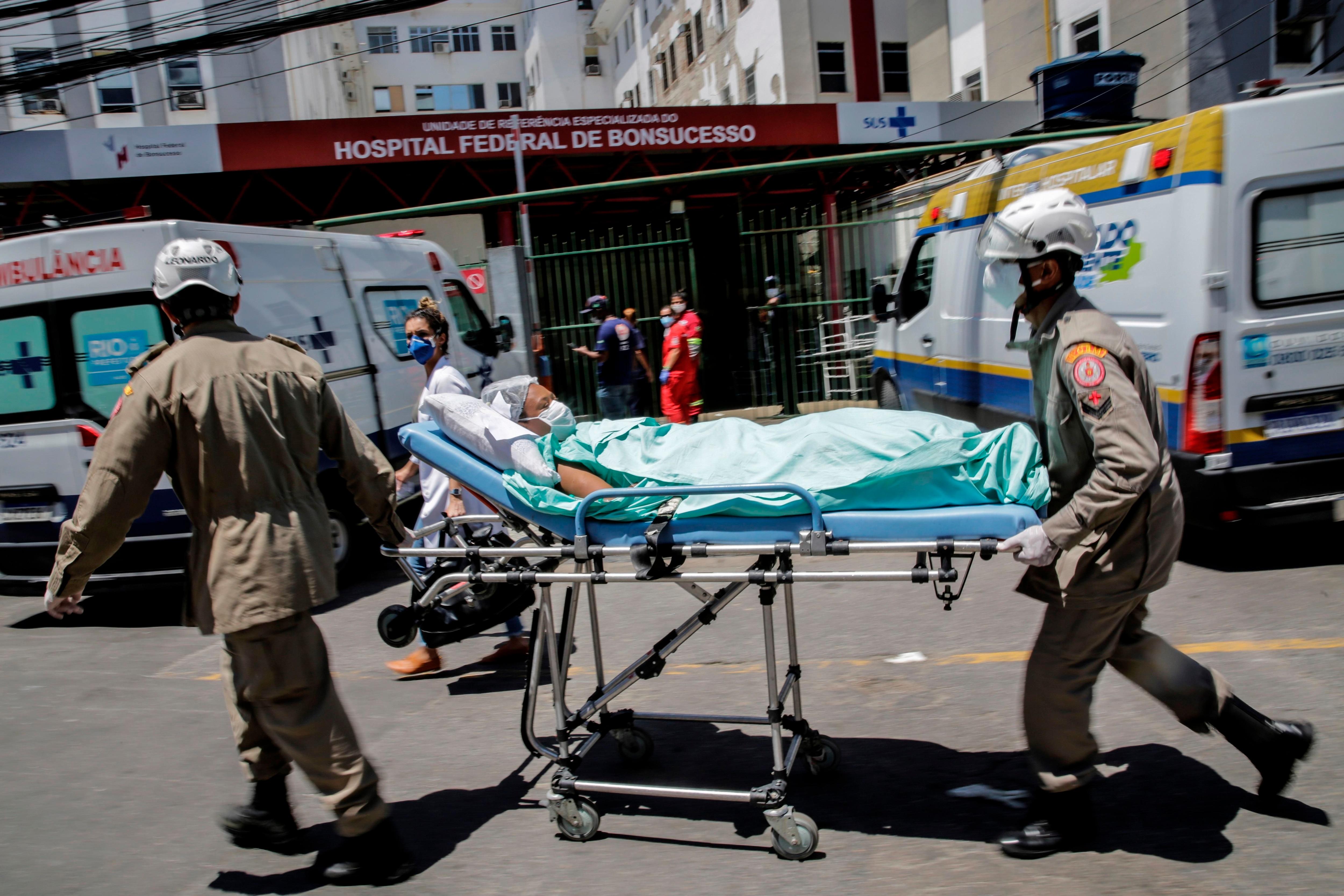 Pacientes son evacuados de uno de los pabellones del Hospital Federal de Bonsucesso, a un taller cercano hoy, en Río de Janeiro (Brasil). EFE/Antonio Lacerda