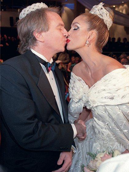 El 16 de abril de 1999 la actriz se casó con el cirujano Alberto Ferriols bajo el rito ortodoxo sirio. Meses después, como ella no podía tener hijos, decidieron adoptar. (Foto: Archivo Atlántida Televisa)