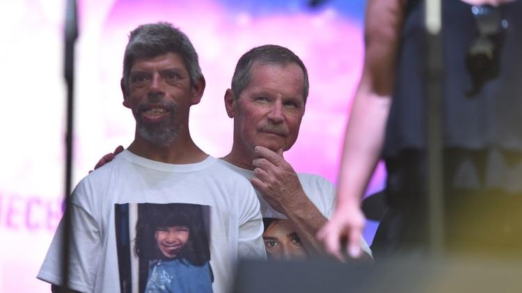 Juan Carr junto a un hombre que vive en Plaza de Mayo en situación de calle