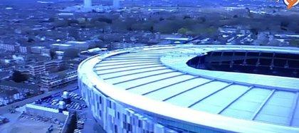 Uno de los momentos en que la TV iraní cortó la transmisión con una imagen exterior del estadio para no mostrar a la juez de línea.