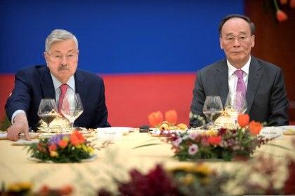 El embajador de Estados Unidos en China, Terry Branstad, y el vicepresidente chino, Wang Qishan, en un evento para celebrar el 40 aniversario del establecimiento de relaciones diplomáticas entre los dos países.  (Mark Schiefelbein vía REUTERS)