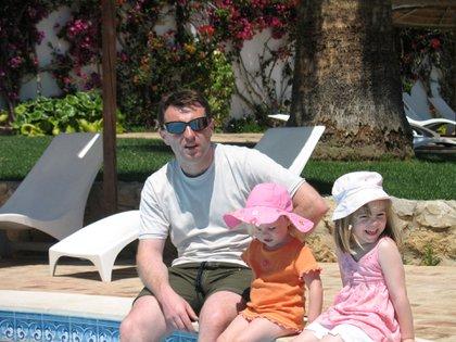 La última foto de Madeleine, el 3 de mayo de 2007. Fue a la tarde, en la piscina del resort Ocean Club en Praia da Rosa. Allí está con su padre Gerry y su hermana menor, la melliza Amelie