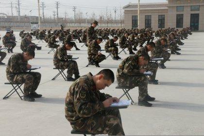 También para la policía: examen de educación política en Kashgar, Xinjiang, destinado a las fuerzas de seguridad (Reuters)