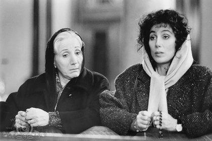 """Dukakis y Cher en una escena de """"Hechizo de luna"""""""