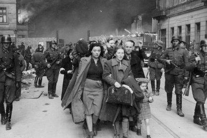 70 mil judíos muertos, 13 mil caídos en combate, 56 mil prisioneros (7 mil fusilados en el acto y el resto muertos en las cámaras de gas de Treblinka). La última capturada: una niña, el 13 de diciembre