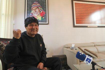 El expresidente boliviano Evo Morales habla con Evi durante una entrevista el 12 de febrero de 2021 en Cochabamba (Bolivia).  EFE / Martín Alipaz