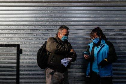 Personal de la Policía realiza controles este lunes en un ingreso a la ciudad de Buenos Aires (Argentina). EFE/Juan Ignacio Roncoroni