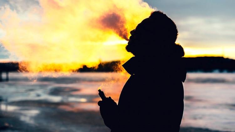 El cigarrillo electrónico consta de un recipiente en forma de cigarrillo o similar, una batería interior para generar calor y una carga con una solución líquida que al calentarse produce un vapor