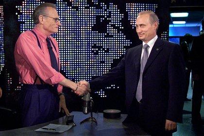 Estrechándole la mano a Vladimir Putin en el 2000 (REUTERS)