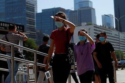 Personas usan mascarillas mientras se dirigen al trabajo durante la hora punta de la mañana, después de los nuevos casos de infecciones de la enfermedad coronavirus (COVID-19) en Beijing, China, el 15 de junio de 2020 (Reuters/ Thomas Peter)