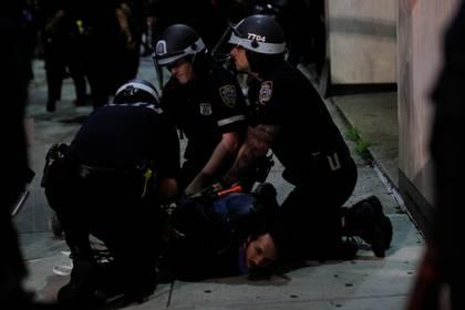 La policía detiene a un manifestante en Nueva York. REUTERS/Brendan Mcdermid
