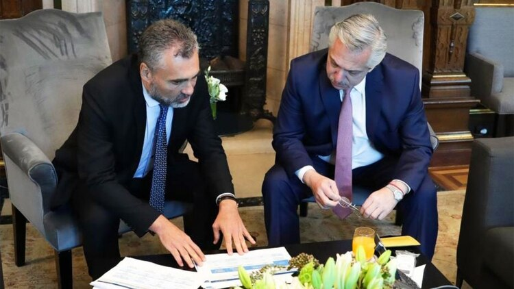 Alberto Fernández y Alejandro Vanoli, titular de la ANSES. (@avanoliok)