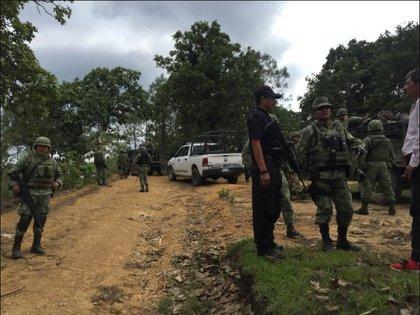 Militares, policías ministeriales y del estado acudieron al camino llamado Puerto Hondo en el ejido de Xochipala, Eduardo Neri, donde presuntos delincuentes vestidos de militares quemaron una camioneta de volteo en junio de 2018. Credit Vania Pigeonutt