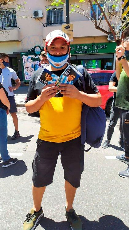 """""""Escribíle a Diego, hacé historia"""", gritaba Walter Widmer en su intento de ventas de cuadernillos con la cara de Maradona"""