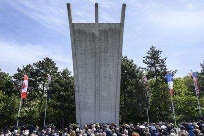 Uno de los actos en homenaje a los 70 años del fin del bloqueo soviético de Berlín: colocación de una corona de flores en el monumento en Tempelhof(John MACDOUGALL / AFP)