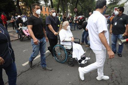 Médicos evacúan a enfermos este martes de un hospital de Ciudad de México. EFE/Sáshenka Gutiérrez