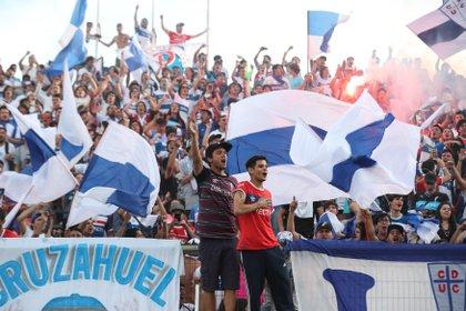En la imagen un registro de hinchas de la Universidad Católica chilena en el estadio San Carlos de Apoquindo de Santiago de Chile. EFE/Alberto Valdés