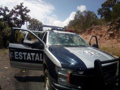 Fotografía cedida por la Secretaría de Gobernación de una patrulla estatal con orificios de bala, este domingo, en una carretera del municipio de Chilpancingo estado de Guerrero (México). EFE/Segob