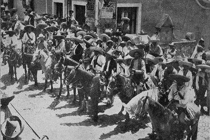 El general Zapata y sus principales subalternos, en su entrada a Cuernavaca. (Foto: AHUNAM)