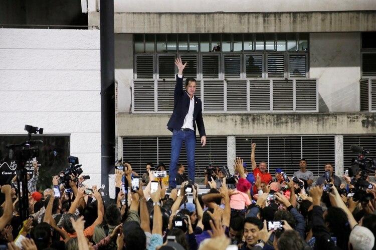 Guaidó saludo a la multitud tras su regreso a Caracas el martes pasado