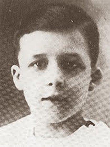 Nacido en Mondovi, Argelia francesa el 7 de noviembre de 1913