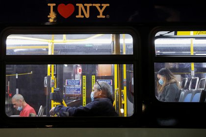 Passengers wearing face masks during the spread of the coronavirus disease (COVID-19), ride a bus along 1st Avenue in Manhattan, New York City November 13, 2020. REUTERS/Andrew Kelly