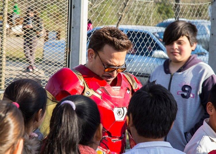 """""""Visito los hospitales y salas oncológicas, porque Iron Man es también un personaje que tiene problemas. Yo los entiendo y les doy fuerzas. La devolución de los chicos diciendo 'yo salí porque Iron Man me dio fuerzas' es fuertísima para mí"""", cuenta Gustavo"""