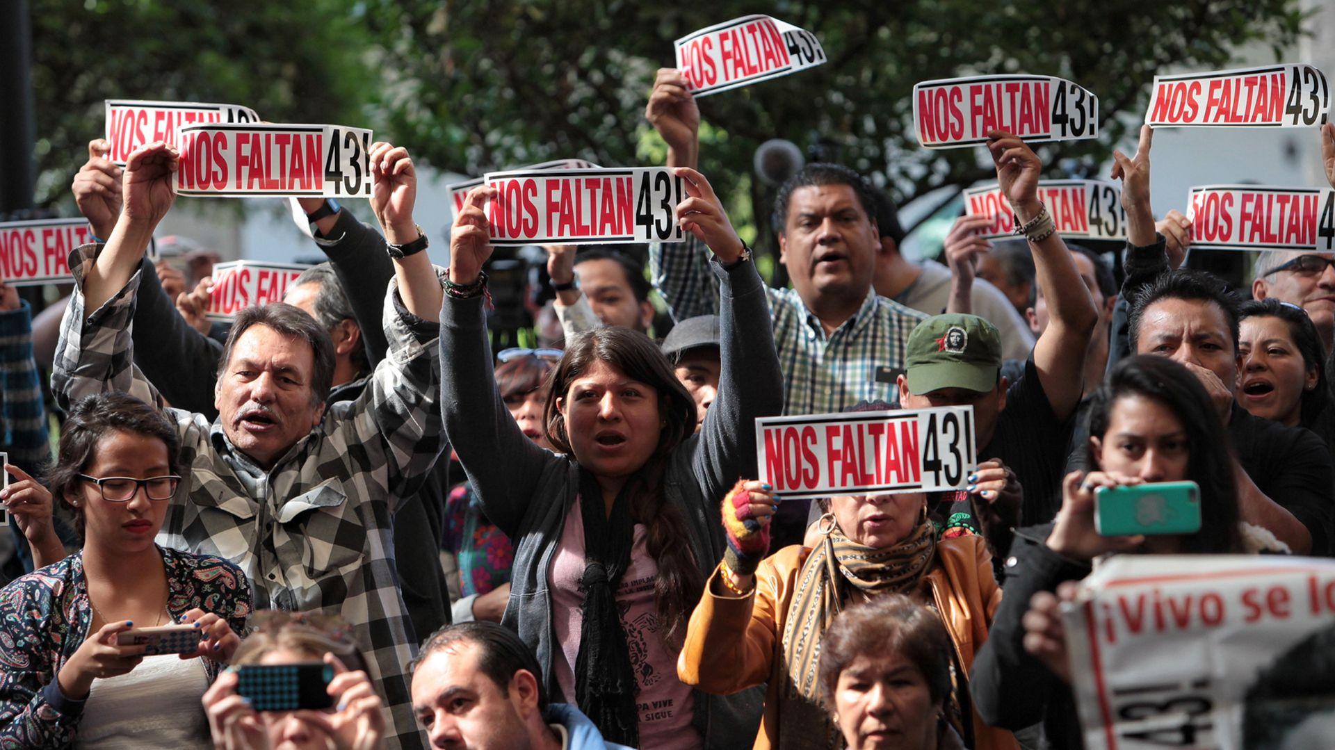 A más de 4 años, los padres de los 43 estudiantes de Ayotzinapa siguen buscando a sus hijos (Foto EFE)