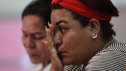 Columba Arroíz (i) y Maria del Carmen Diaz (d), familiares de jóvenes desaparecidos en Tierra Blanca (Foto: EFE/Mario Guzmán)