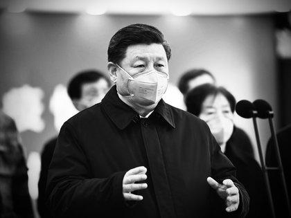 Xi Jinping durante un acto en Beijing posa con una mascarilla para protegerse del coronavirus (AP)
