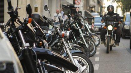 La posibilidad de establecer carriles exclusivos para motos y motocicletas podría una solución para ordenar el tránsito y bajar la siniestralidad en las calles