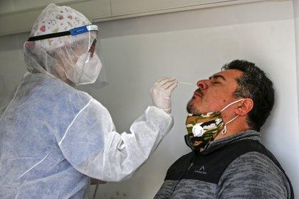 Hisopado para el diagnóstico en una estación móvil del Ministerio de Salud, en Santiago (AFP)