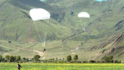 Paracaidistas del régimen chino hicieron maniobras en la meseta tibetana a la espera que crezca el conflicto con India (CCTV)