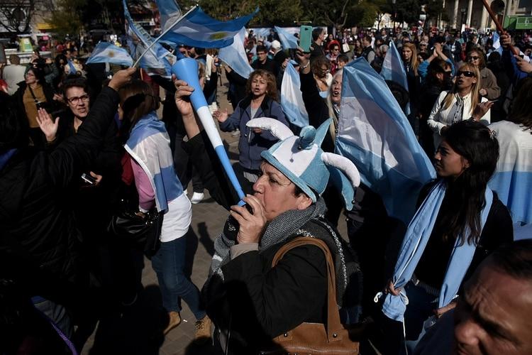 Los seguidores del Gobierno repartieron banderas argentinas