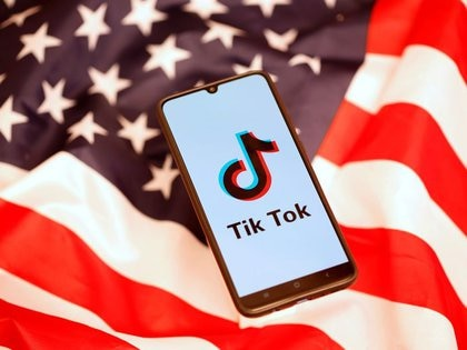El logotipo de TikTok en la pantalla de un teléfono móvil sobre el fondo de una bandera estadounidense en esta fotografía ilustrativa tomada el 8 de noviembre de 2019. REUTERS/Dado Ruvic