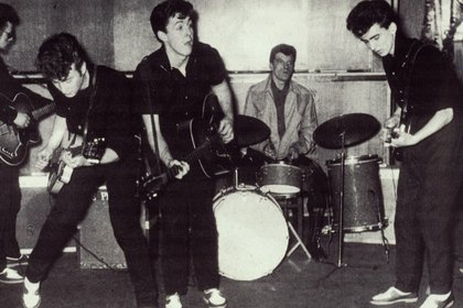 Lennon, McCartney y Harrison en The Silver Beetles, una de las primeras formaciones del famoso grupo disuelto en 1970 (Grosby Group)