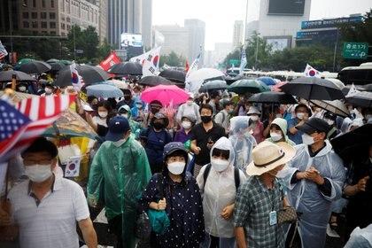 Miembros de grupos civiles conservadores marchan en una calle de Seúl durante una protesta antigubernamental en medio de un incipiente brote de casos de coronavirus (REUTERS/Kim Hong-Ji)