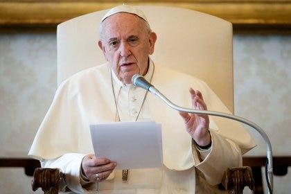 El Papa Francisco habla durante su audiencia general mientras se transmite por video a través de internet desde una biblioteca dentro del Vaticano. 18 de marzo de 2020. Vatican Media/Handout vía REUTERS.