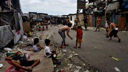 La mitad de los niños hoy están apagando su futuro, y el de todos, ahogados en la pobreza y sus consecuencias (Getty)