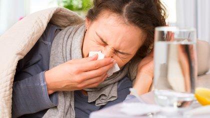 Estar engripado podría evitar una enfermedad grave por COVID-19 (Shutterstock)