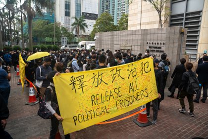 Protesters protest outside court, with 47 pro-democracy activists being questioned in Hong Kong (Europa Press)