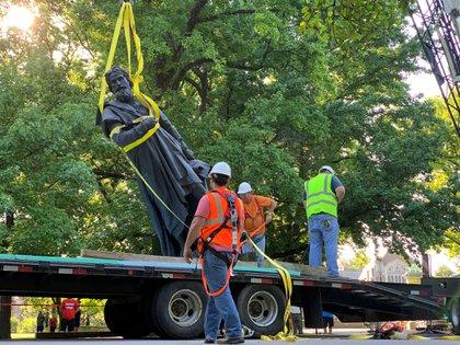 Retiro de una estatua de Colón en St. Louis, Missouri (Reuters)