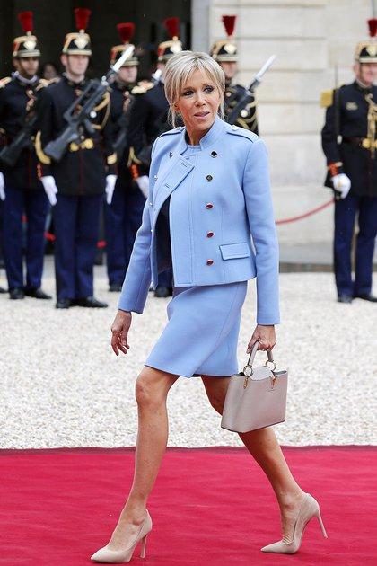 Con un estilo similar, Brigitte Macron decidió inspirarse en la propuesta de Jackie Kennedy el día que asumió su esposo, el presidente francés Emannuel Macron (Getty Images)