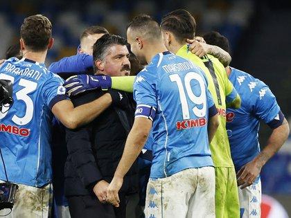 """Gennaro Gattuso celebra con sus jugadores la victoria del equipo en el estadio """"Diego Armando Maradona"""" (Foto: Ciro de Luca/Reuters)"""